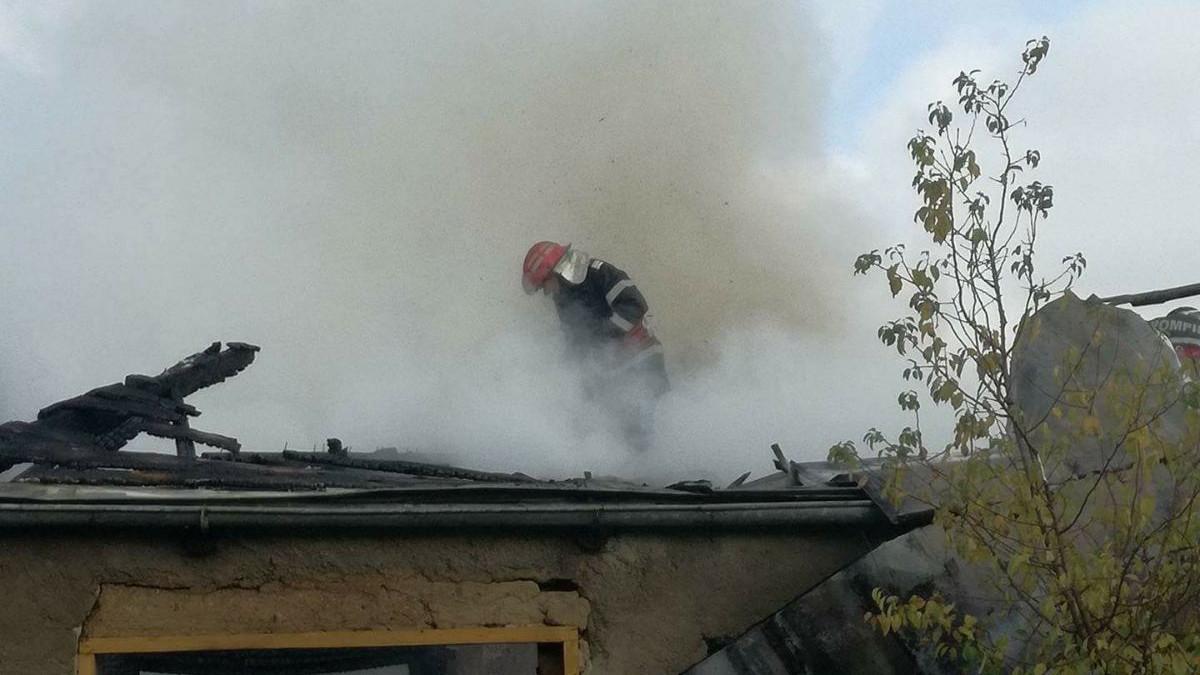 Pompieri la incendiu casa (4)